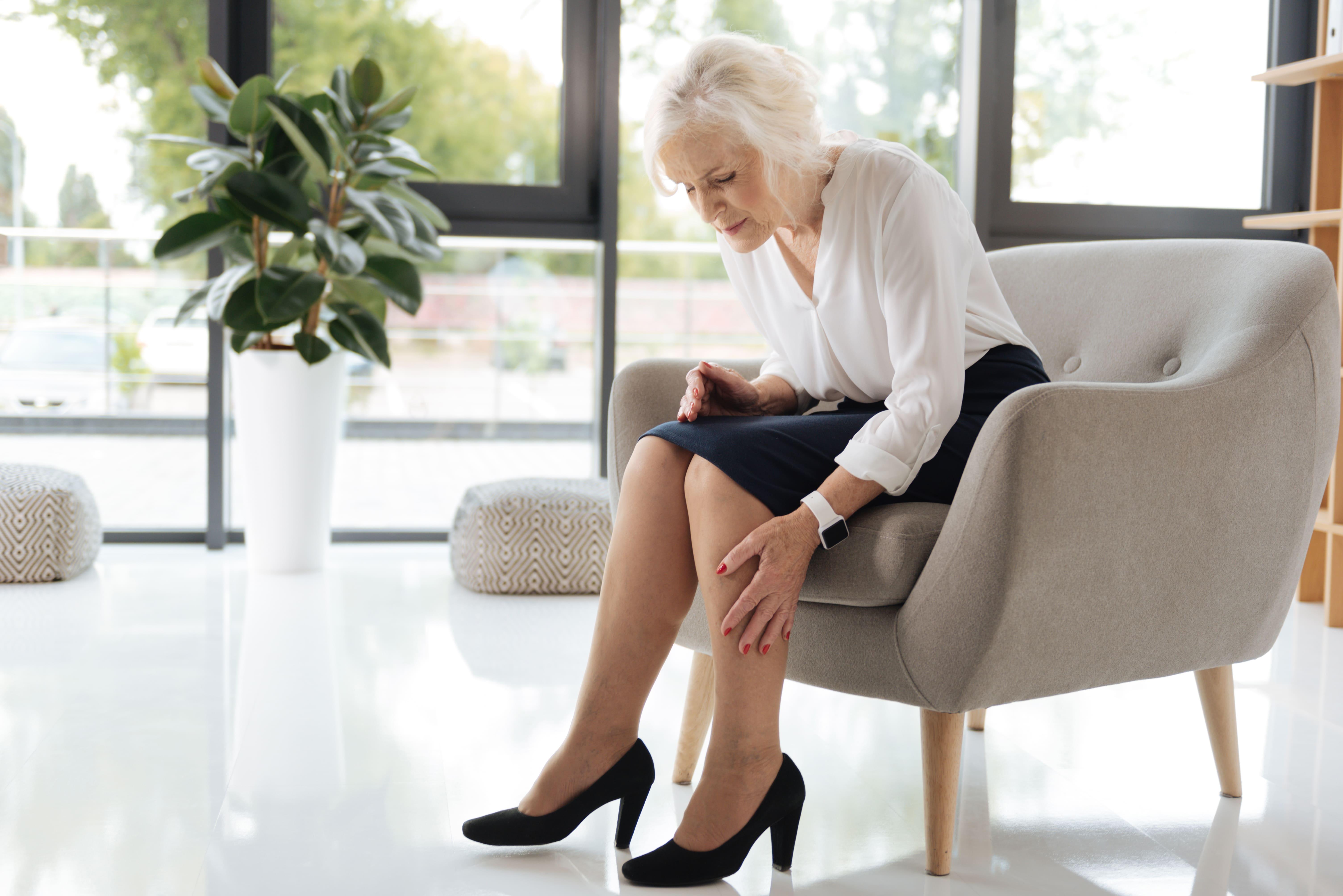 Pies y piernas hinchadas en personas mayores